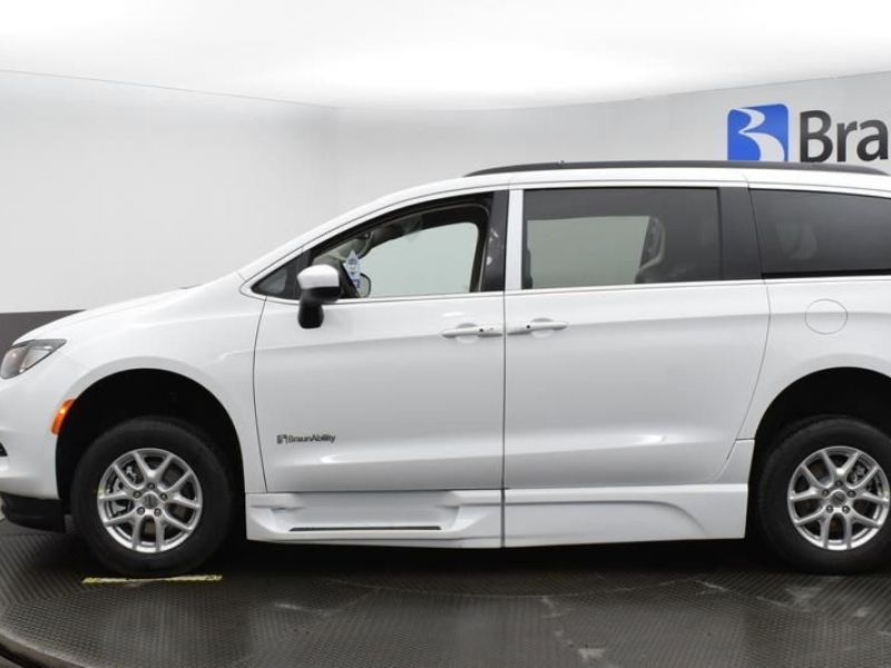 White Chrysler Voyager image number 3