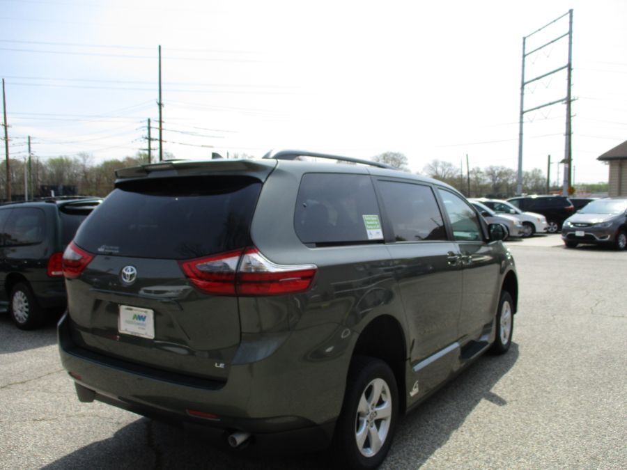 Green Toyota Sienna image number 12
