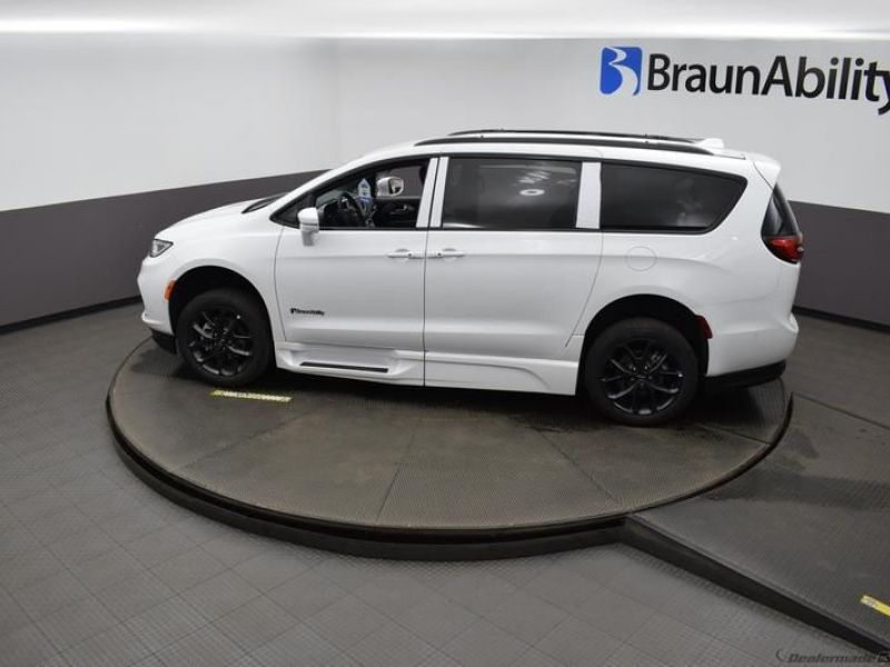 White Chrysler Pacifica image number 22