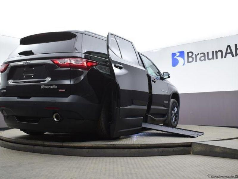 Black Chevrolet Traverse image number 15