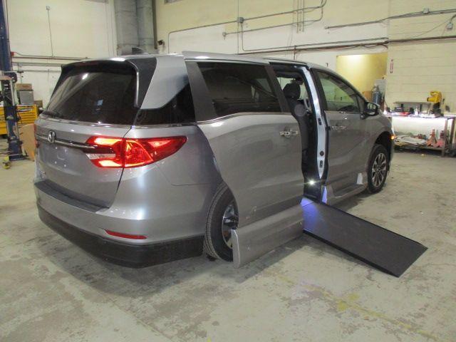 Silver Honda Odyssey image number 9