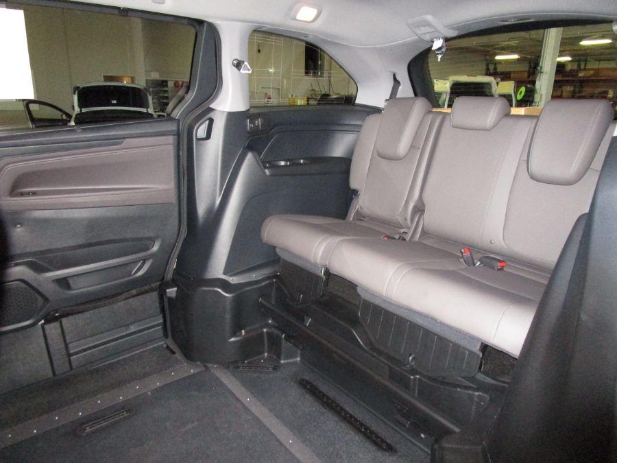 Green Honda Odyssey image number 9