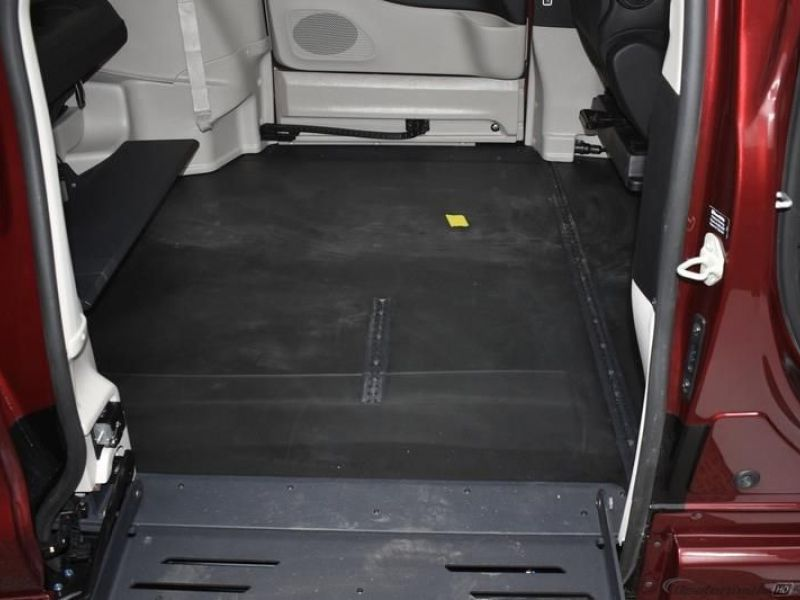 Red Chrysler Voyager image number 8