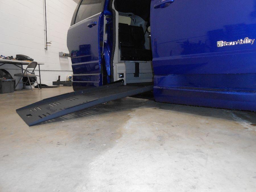 Blue Dodge Grand Caravan image number 19