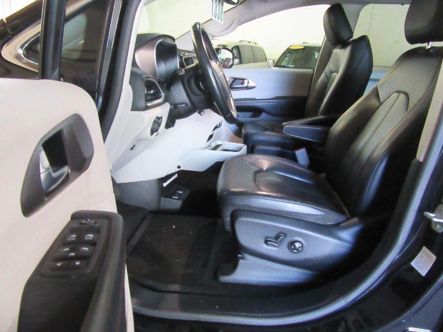 Black Chrysler Pacifica image number 18