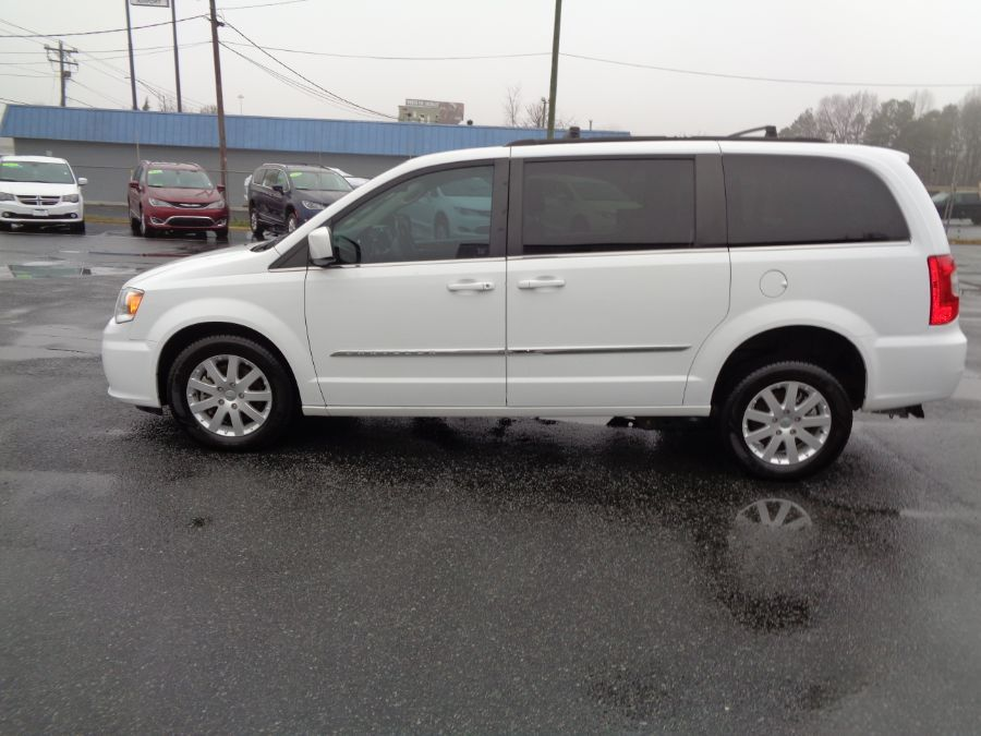 White Chrysler Town and Country image number 10