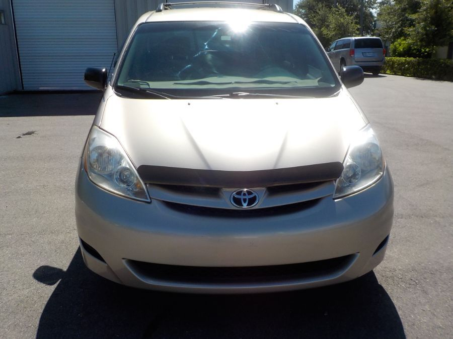 Toyota Sienna image number 1