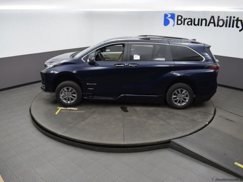 Blue Toyota Sienna image number 22
