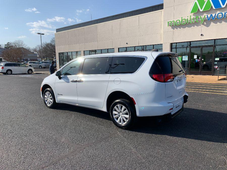 White Chrysler Voyager image number 3