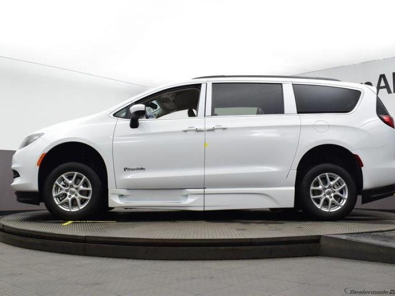 White Chrysler Voyager image number 17