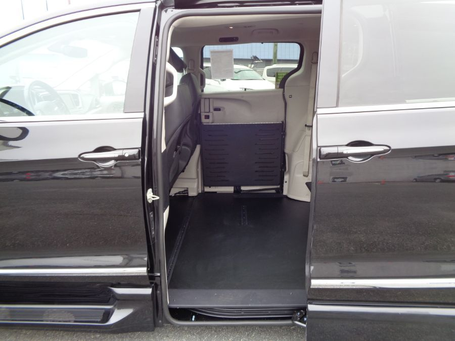 Black Chrysler Pacifica image number 4