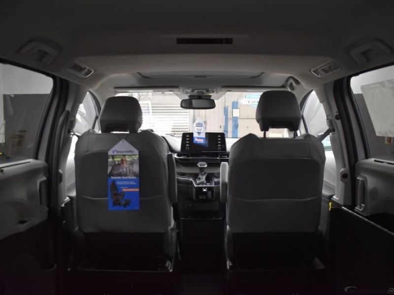 Silver Toyota Sienna image number 11
