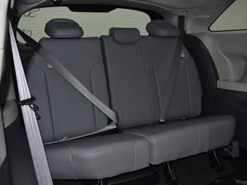 Silver Toyota Sienna image number 9