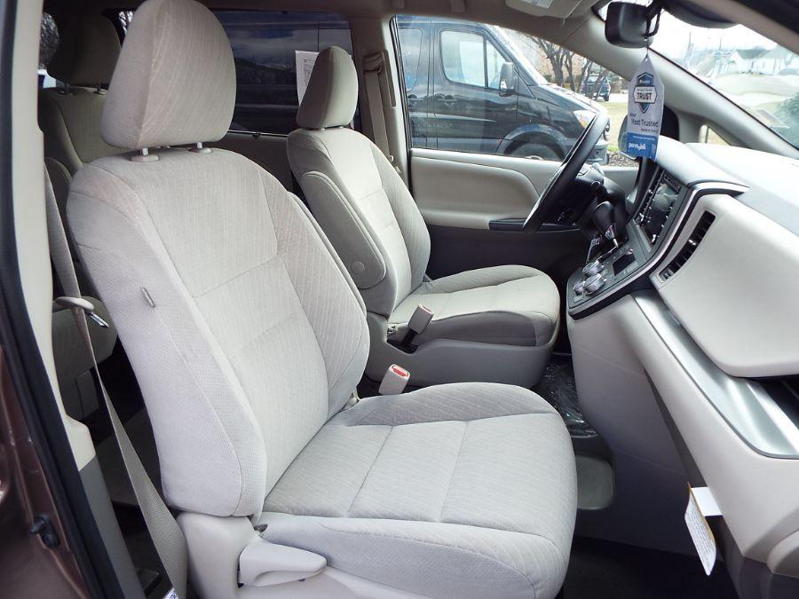 Brown Toyota Sienna image number 23