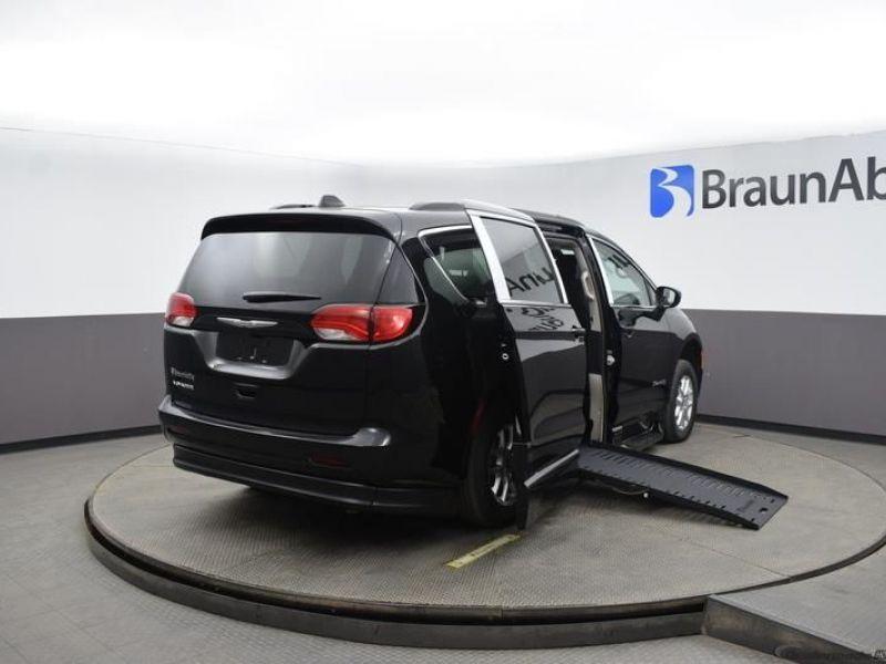 Black Chrysler Voyager image number 5