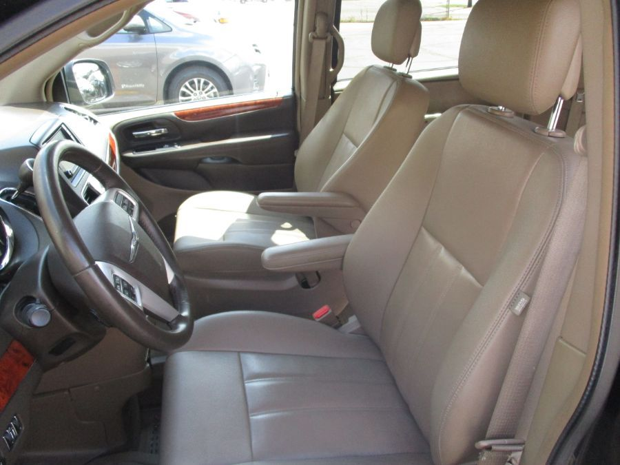 Black Chrysler Town and Country image number 25
