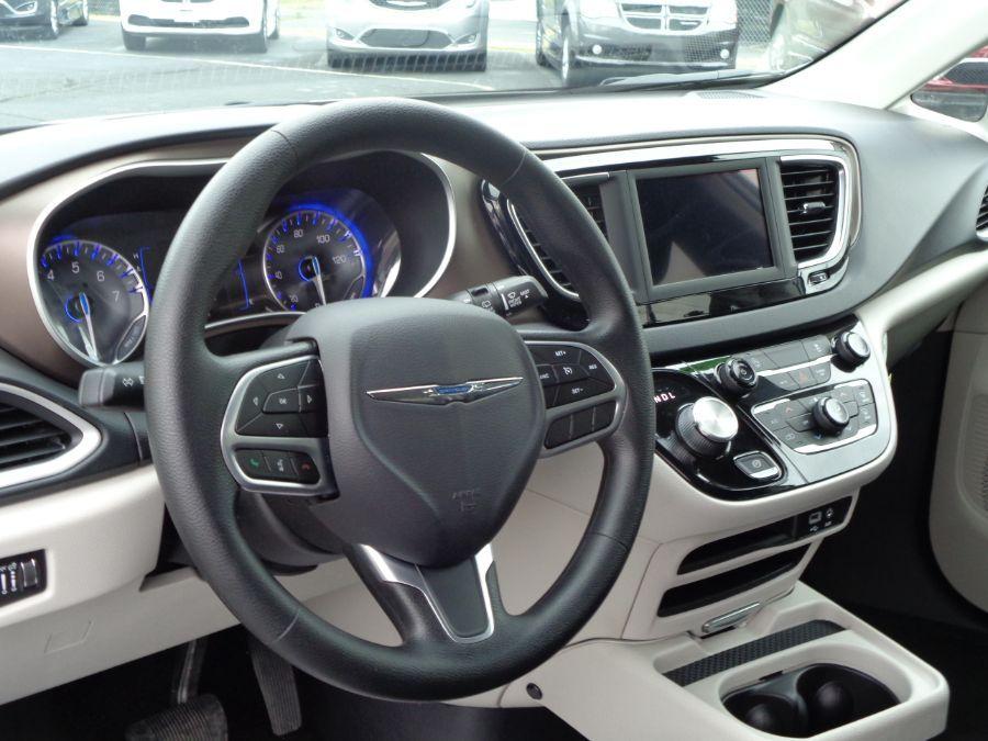 White Chrysler Voyager image number 5