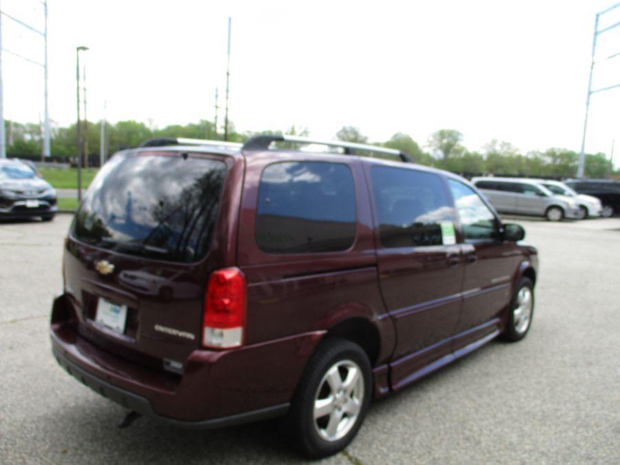 Red Chevrolet Uplander image number 5