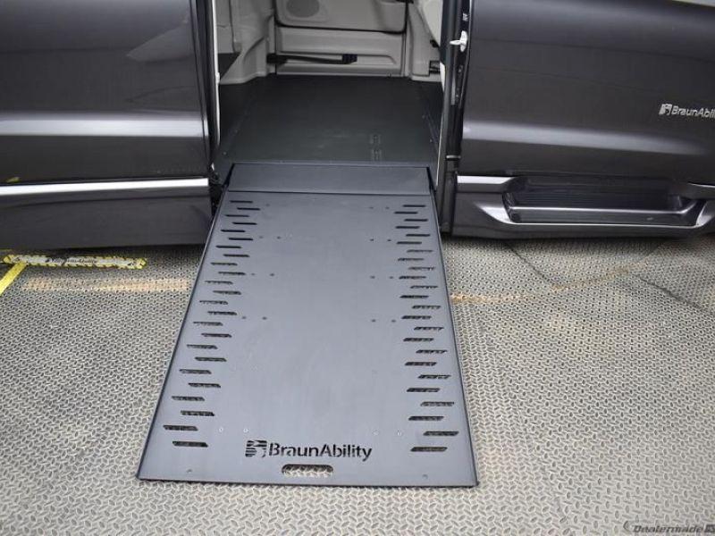 Gray Chrysler Voyager image number 6