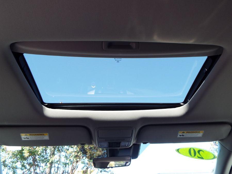 White Honda Odyssey image number 25