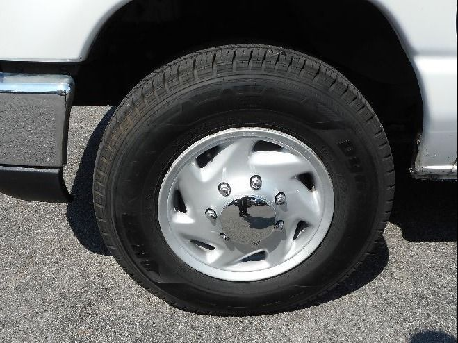 WHITE Ford E-350 image number 17