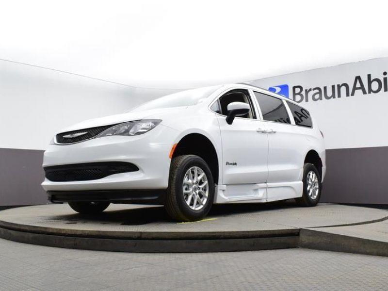 White Chrysler Voyager image number 18