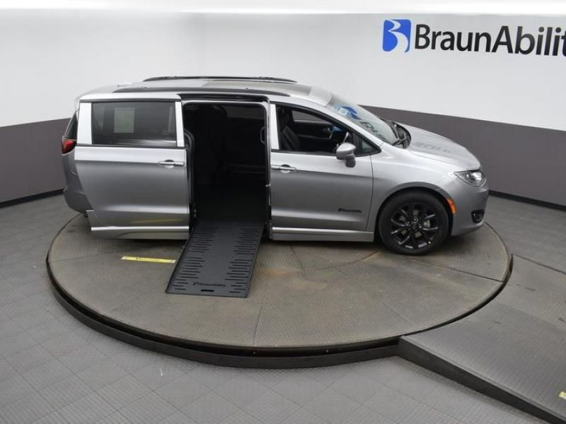 Silver Chrysler Pacifica image number 8