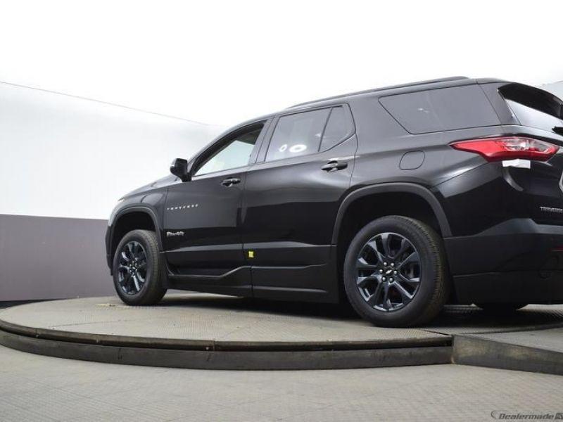 Black Chevrolet Traverse image number 14