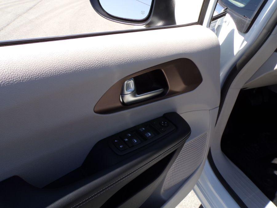 White Chrysler Voyager image number 21
