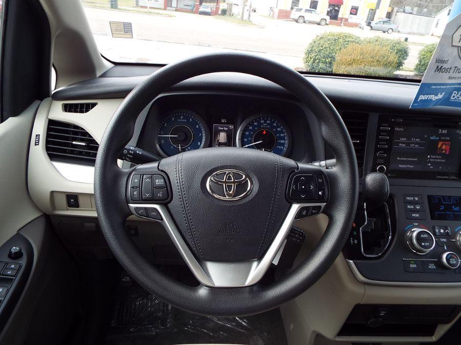 Brown Toyota Sienna image number 25