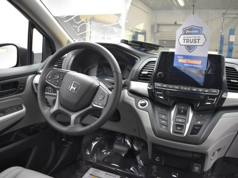 Blue Honda Odyssey image number 10