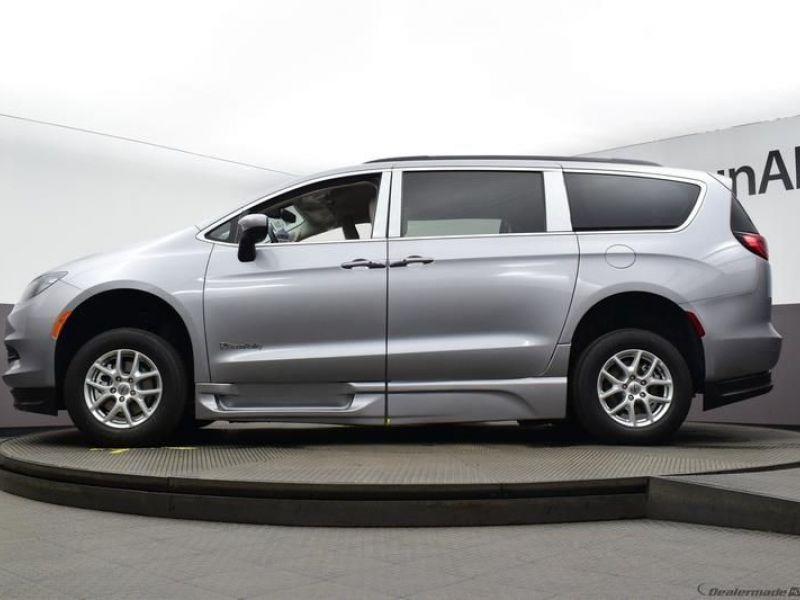 Silver Chrysler Voyager image number 17