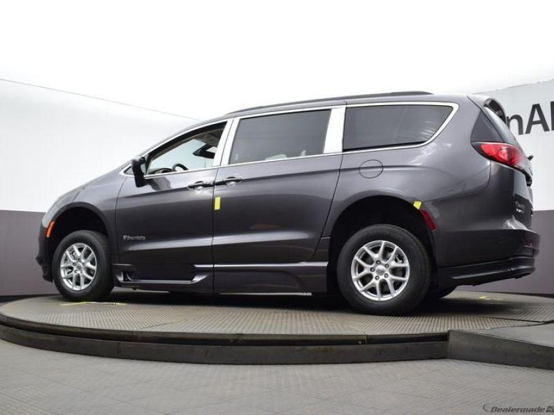 Gray Chrysler Voyager image number 18