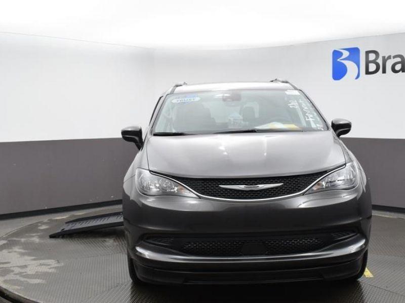 Gray Chrysler Voyager image number 1