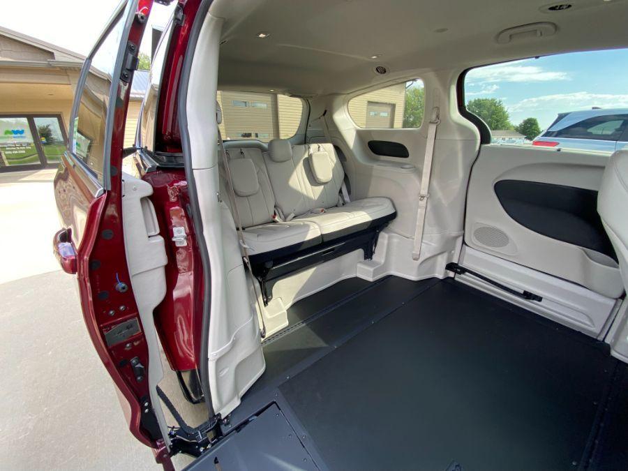 Red Chrysler Voyager image number 17