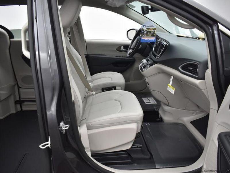 Gray Chrysler Voyager image number 7