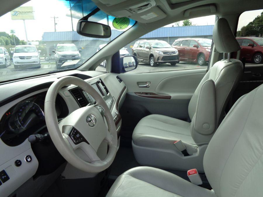 Blue Toyota Sienna image number 12