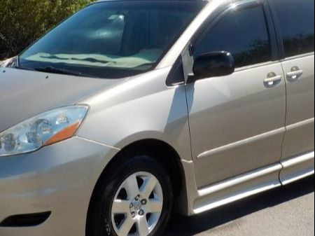 Toyota Sienna image number 17