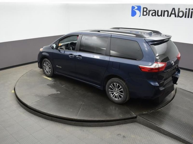 Blue Toyota Sienna image number 12