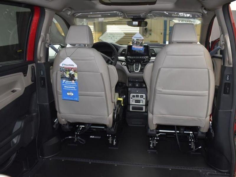 Red Honda Odyssey image number 11