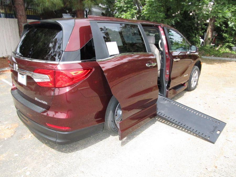 Red Honda Odyssey image number 6