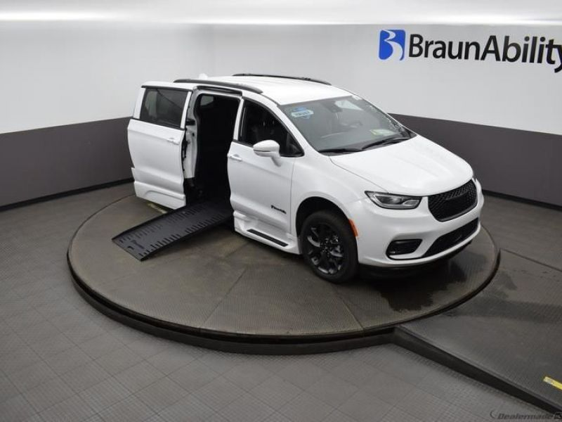 White Chrysler Pacifica image number 20
