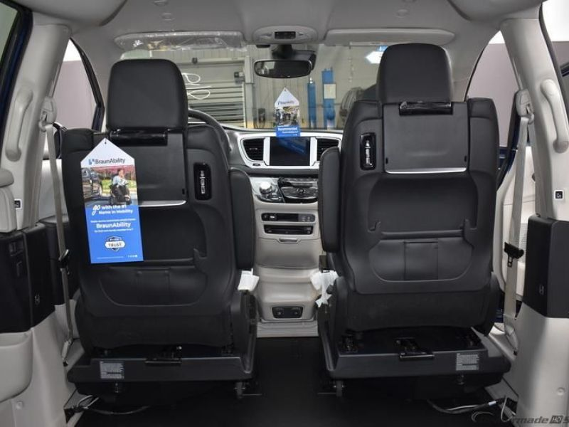 Blue Chrysler Pacifica image number 9
