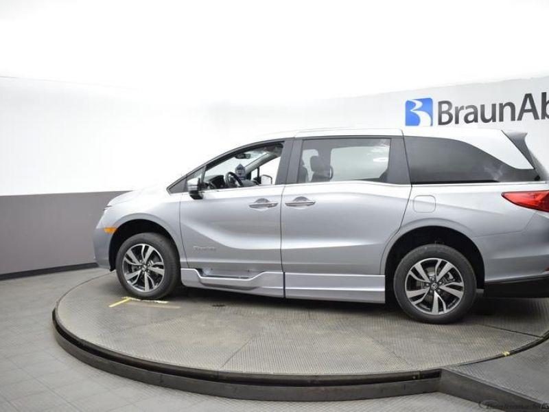 Silver Honda Odyssey image number 4