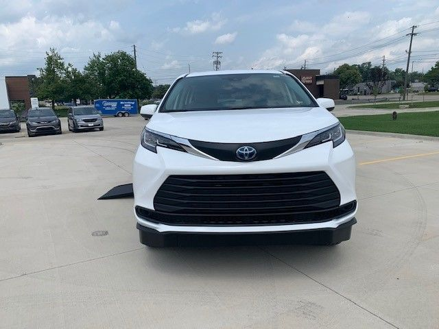 White Toyota Sienna image number 1