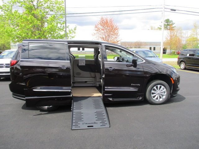 Brown Chrysler Pacifica image number 8
