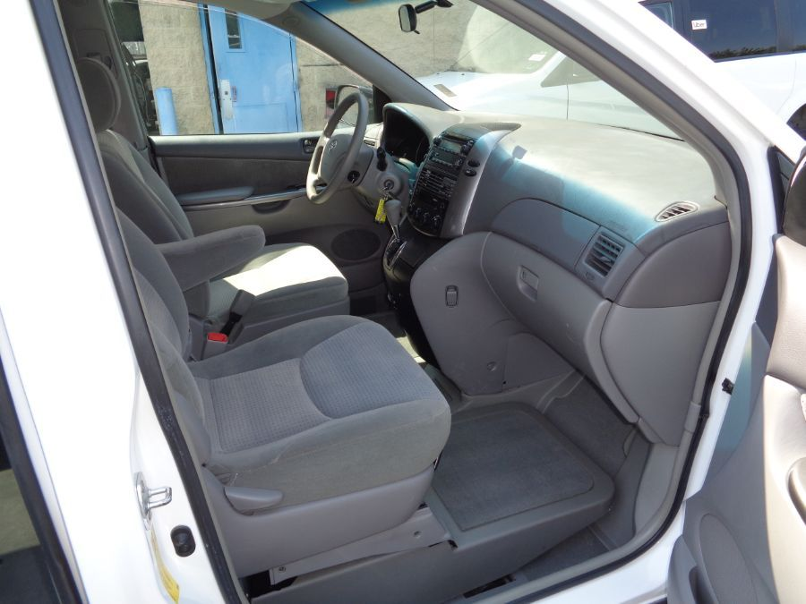 White Toyota Sienna image number 35