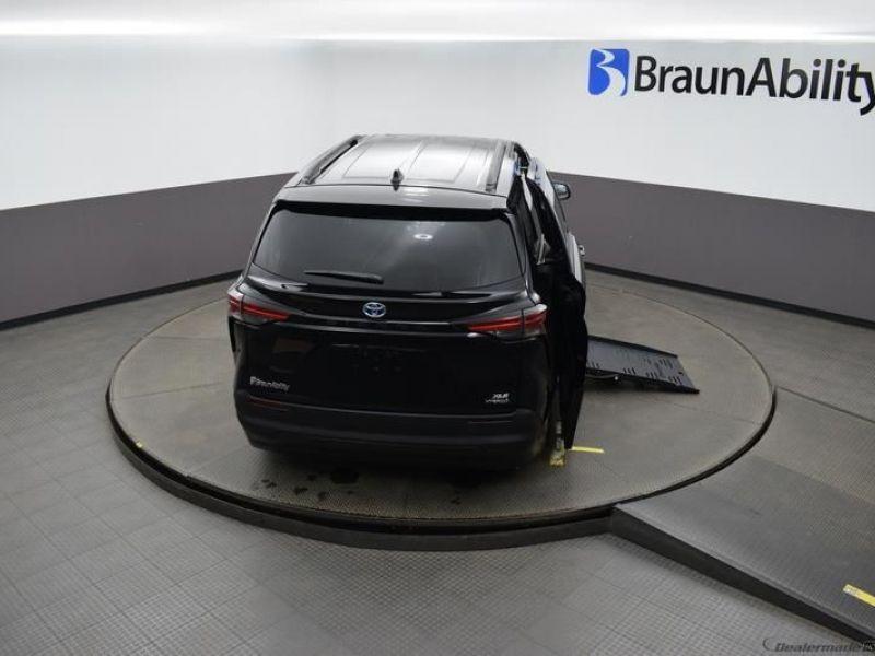 Black Toyota Sienna image number 29