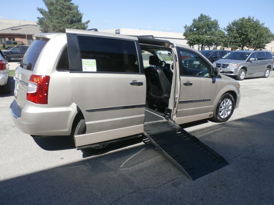 BROWN Chrysler Town and Country image number 40