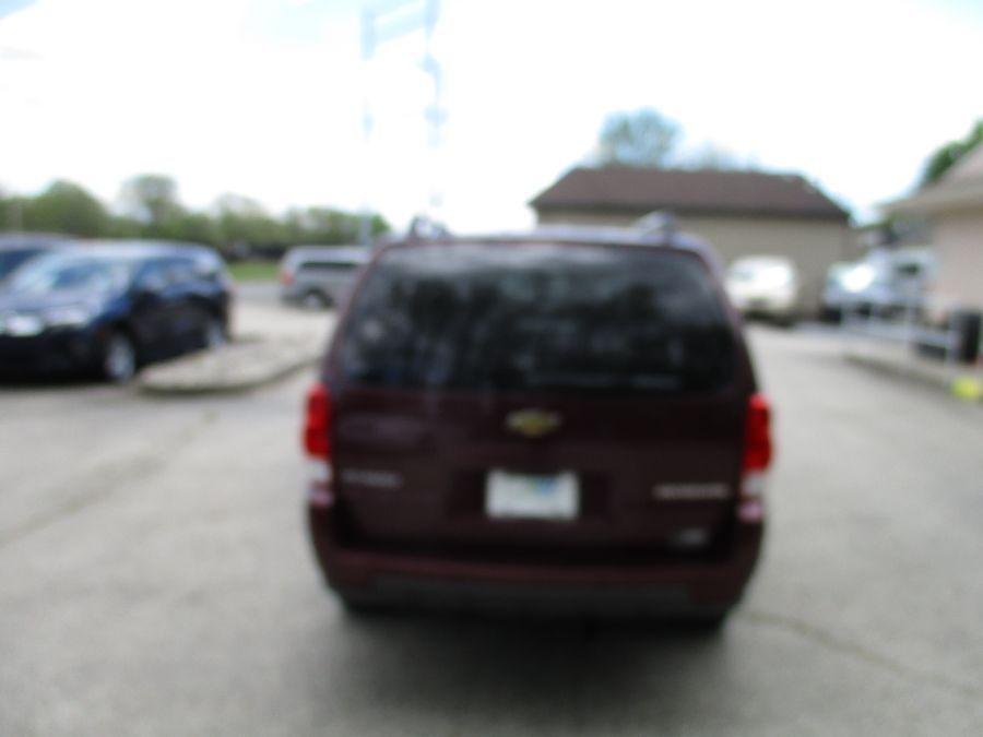 Red Chevrolet Uplander image number 7